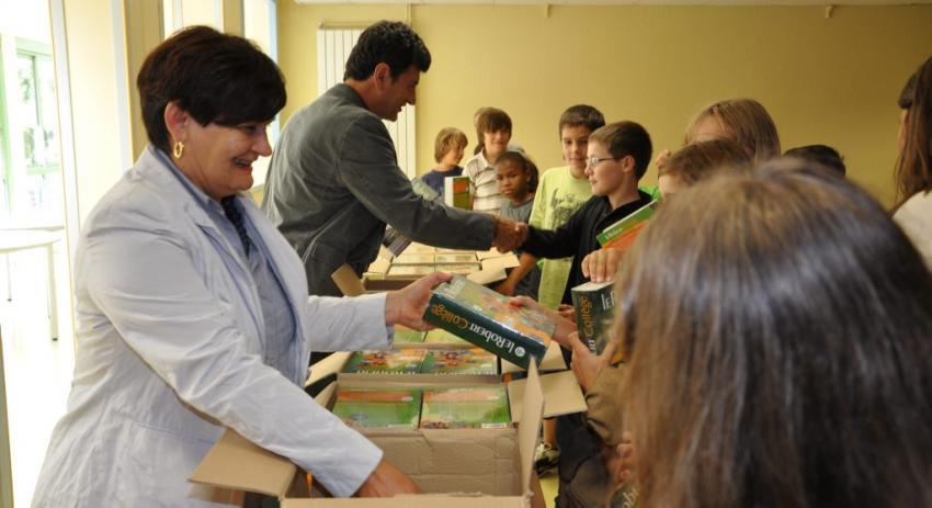 Chaque élève de 6e a reçu un dictionnaire, offert par le conseil général./Photo DDM, B. S.